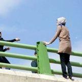 خودکشی یک زن از یک پل در اهواز + فیلم لحظه نجات